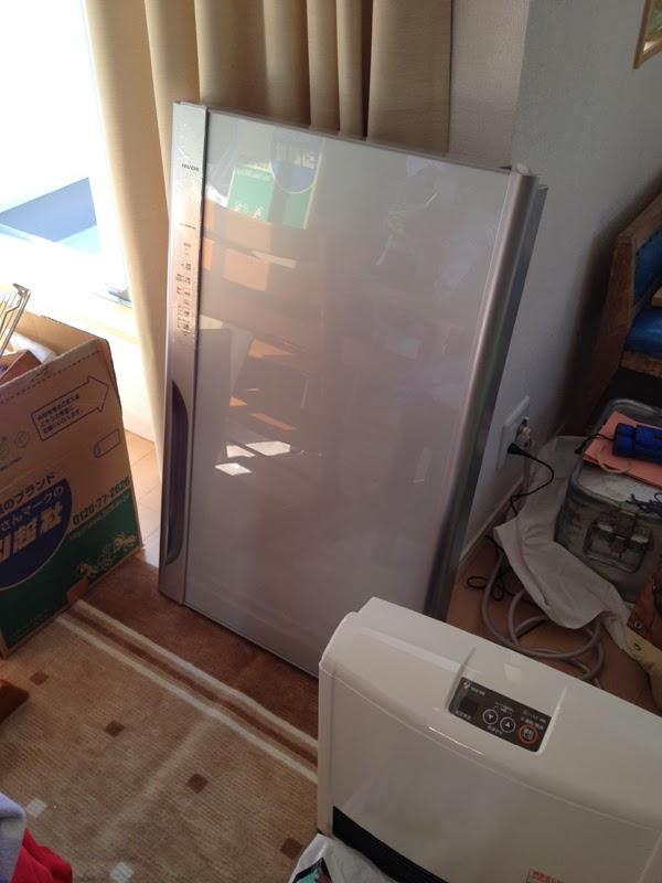 分解された冷蔵庫