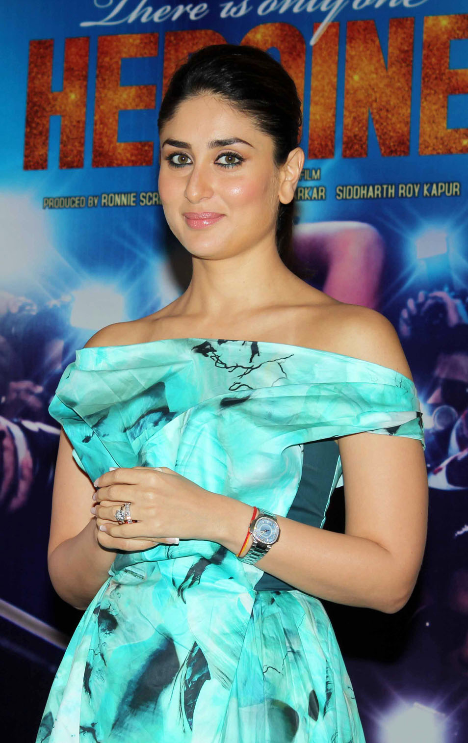 all about of new fashion celebrities: Kareena Kapoor Signs Rs. 10 ...