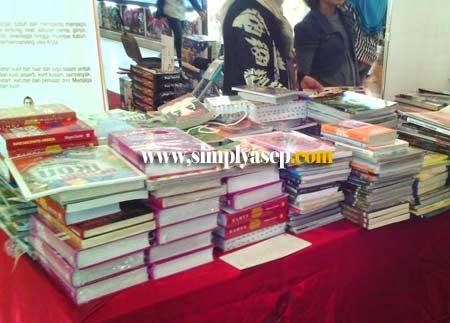 Tumpukan Buku Yang Dijual dalam Bazaar Buku Murah