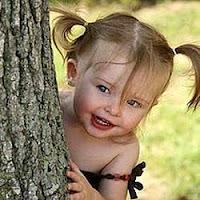 Criança acha a felicidade em nada