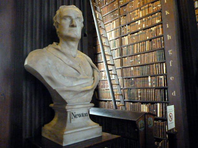 Busto de Newton en Dublin. libros antiguos. Visitar biblioteca Trinity college