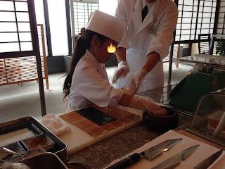 海苔に具材を(キッズアカデミー 板前さんと巻き寿司作り体験)