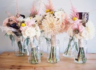 Flores e vidros decorando o casamento