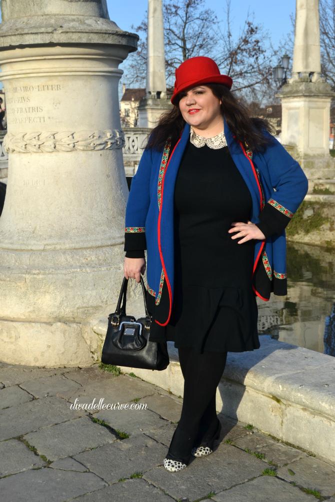 outfit plus size con cloche rossa e abito a vita bassa e colletto all'uncinetto ispirazione vintage