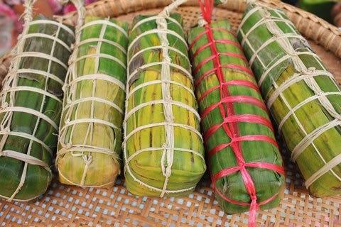 Bánh được cột thành nhiều sợi màu khác nhau để phân biệt bánh ngọt, mặm, nhân chuối, nhân đậu