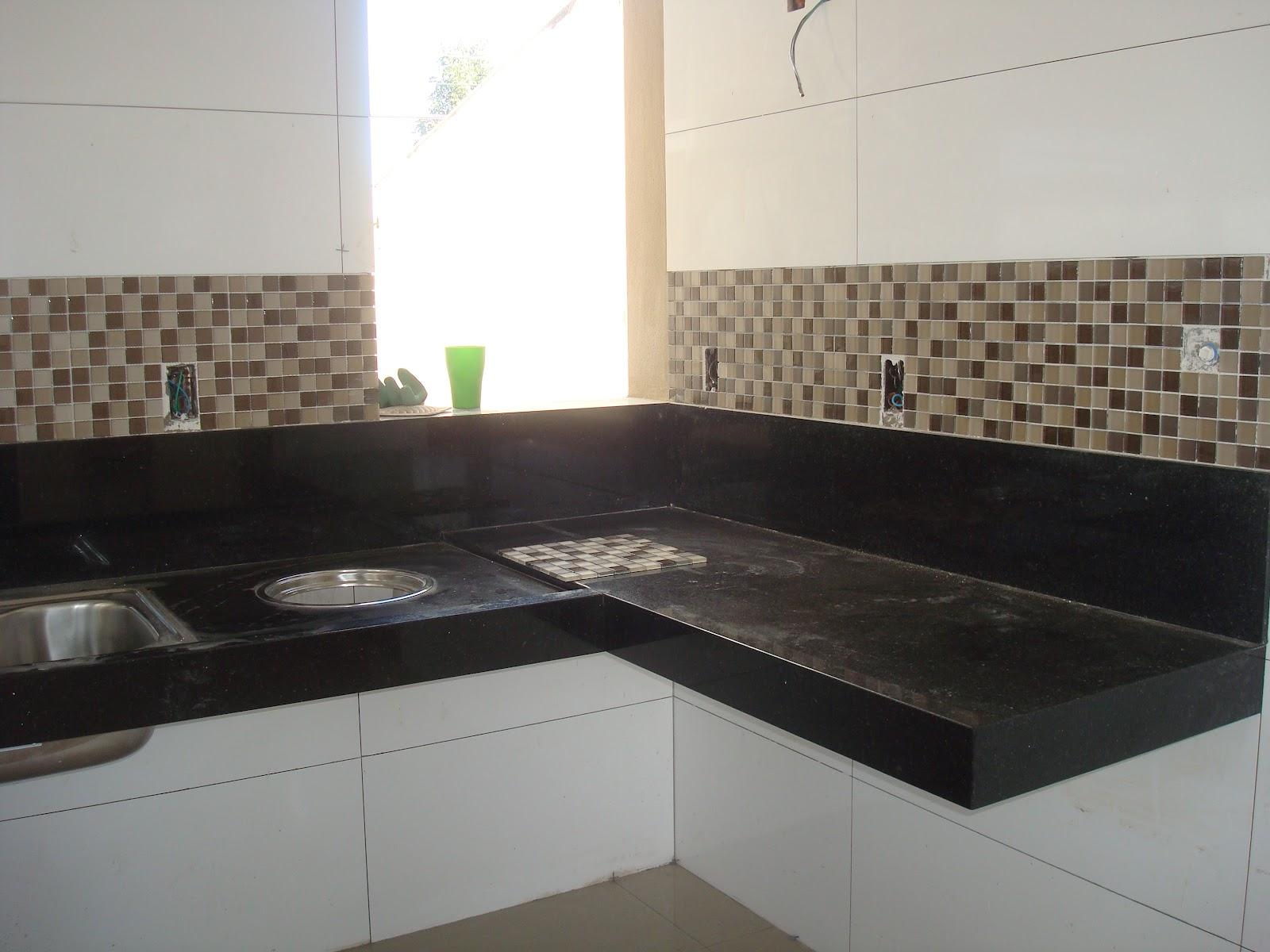Os armário de cima começa depois daquela parede madeirada e acima  #647A51 1600x1200 Banheiro Com Bancada Preta