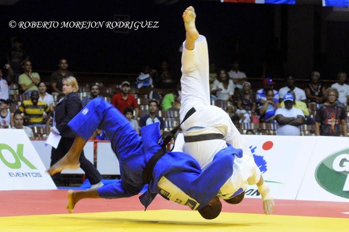 Travis Stevens (kimono blanco), de Estados Unidos,  se enfrenta Raydel Maren, de Cuba, en cuartos de final de los 81 kilogramos, del Grand Prix de Judo de La Habana, con sede en el Coliseo de la Ciudad Deportiva, el 7 de junio de 2014.
