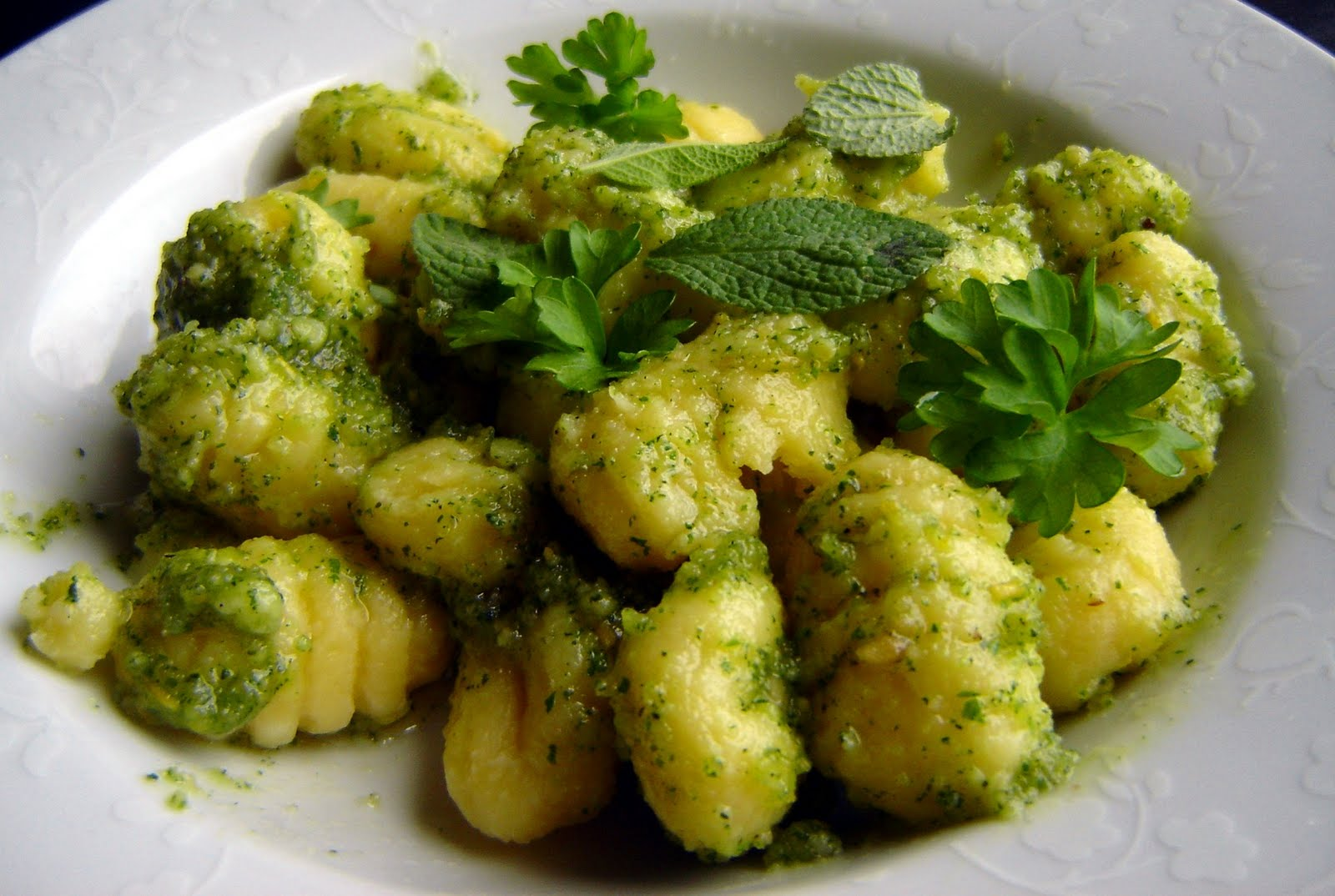 gnocchi mit salbei petersilien pesto the vegetarian diaries. Black Bedroom Furniture Sets. Home Design Ideas