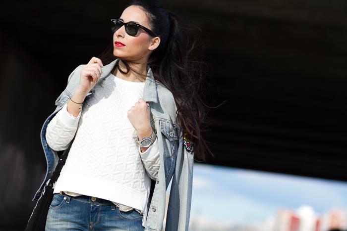 Outfit con Sudadera acolchada blanca bordada y jeans desgastados Blog de Moda Valencia