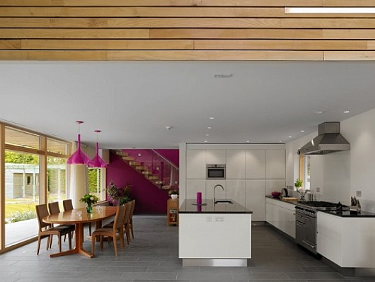 Luminosa cocina-comedor con tonos claros