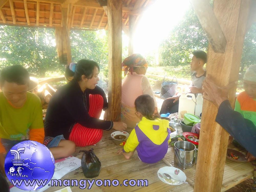 Suasana di saung sawah bersama keluarga admin