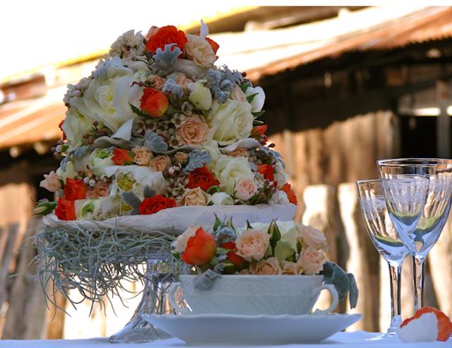centrotavola con fiori freschi e fiori di carta
