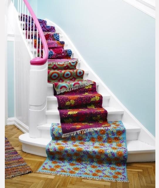 Menuruni anak tangga berkarpet seperti artis dunia