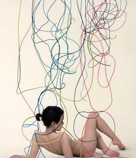 Mujer en Pintura con Lazos de Colores