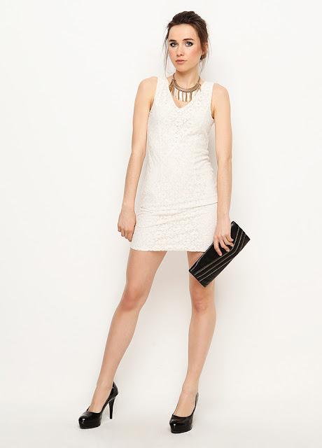 beyaz işlemeli kısa elbise modeli