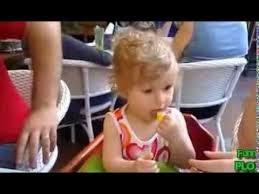 gambar bayi lucu makan jeruk