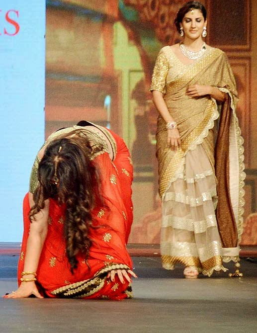 Formaer Actress Poonam Dhillon falls while ramp walk Images