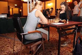 Échecs à Moscou - ronde 1 : Daria Charochkina (2353) 1/2 Valentina Gunina (2507) - Photo © site officiel