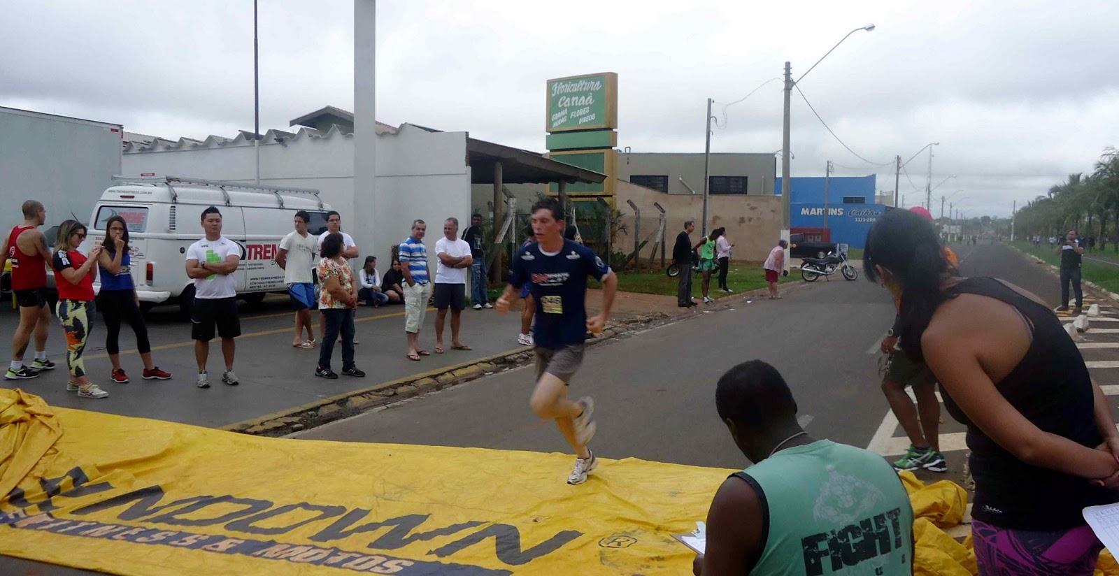 Foto 95 da 1ª Corrida Av. dos Coqueiros em Barretos-SP 14/04/2013 – Atletas cruzando a linha de chegada