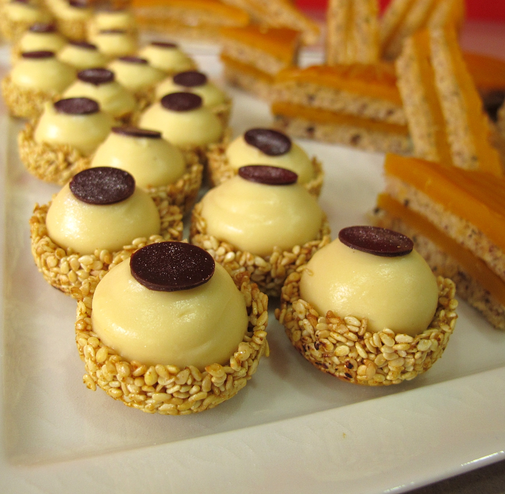 Dépaysement garanti avec ces bouchées au café et sésame, par Céline Leroy,  le chef pâtissier du restaurant Apicius