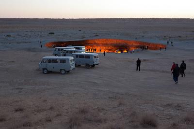الحفرة المشتعلة على طريق الحرير في صحراء تراكمانستان الحارة