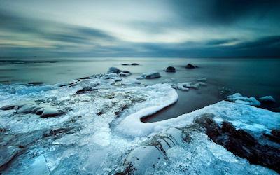 Piedras congeladas junto al mar - Amazing frozen stones