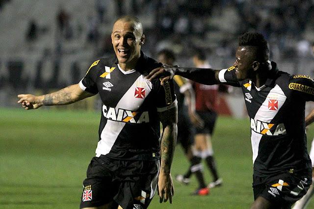 Centroavante marcou o primeiro dele com a camisa do Gigante da Colina e foi o herói da vitória desta quarta (Foto: Paulo Fernandes/Vasco)