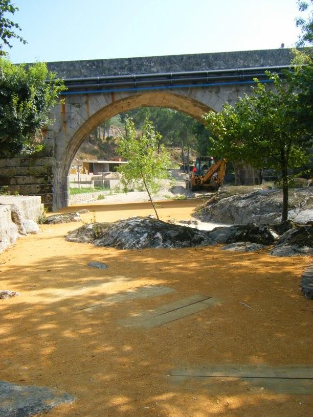 Percurso pedestre por baixo da ponte Românica