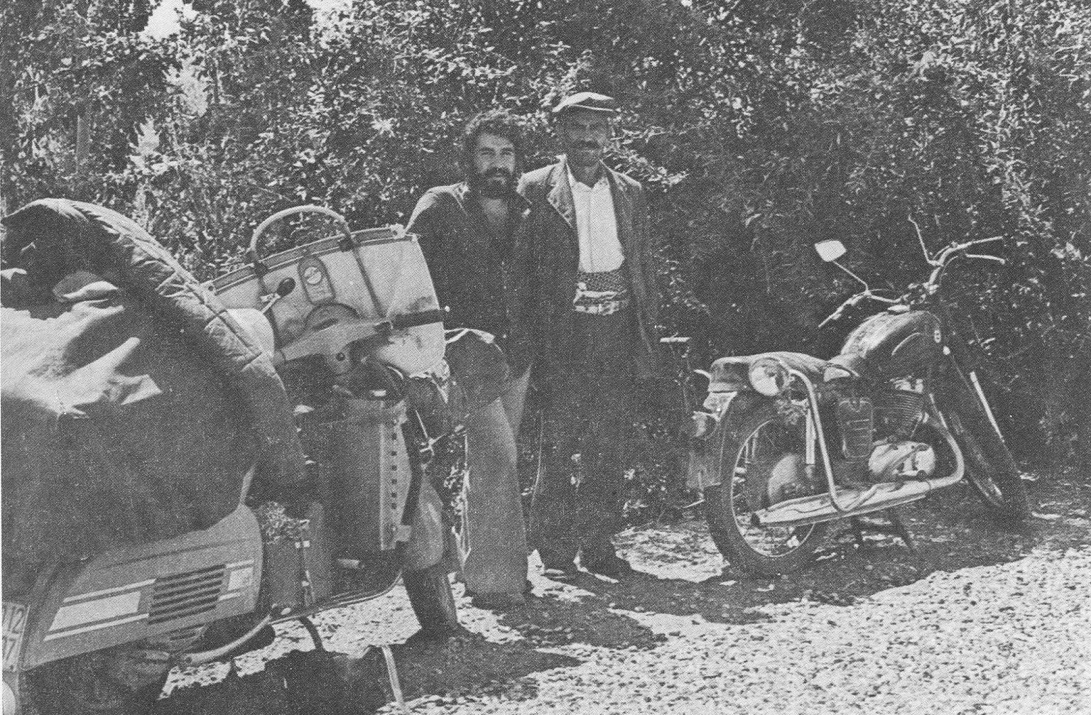 Amarcord, in bianco e nero (sgranato), del viaggio in Vespa verso l'India.