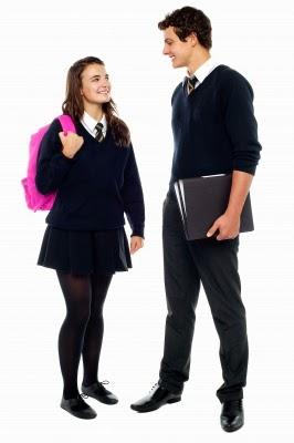 pareja de jóvenes sonriendo y mirándose a los ojos