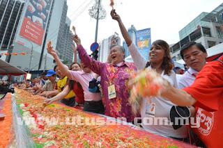 yee sang terpanjang malaysia, yee sang 977 meter,gambar tahun baru cina,gambar malaysian book of records, gambar festival tahun baru cina, tun dr mahathir, datin seri rosmah mansor, dr siti hasmah ali,menteri kabinet ketika tahun baru cina