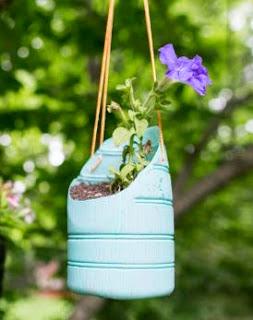 http://www.muyingenioso.com/macetas-colgantes-reciclando-botellas-de-plastico/