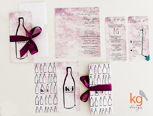 nietypowe zaproszenie, dodatki ślubne, menu, zawieszka na alkohol, księga gości, nazwy stołów, DL, zaproszenie z motywem wina, winogrona, butelka, burgund, fioletowy, zielony, jesienne, vintage, retro, dodatki ślubne, dodatki weselne, oryginalne zaproszenia ślubne, nietypowe zaproszenia, artystyczne zaproszenia ślubne, polsko-francuzki ślub, KG Design, motyw wina, winobranie, jesienny ślub, motyw jesienny, kolorystyka winno-fioletowa, fioletowy, zielony, wstążka, winogrona, monogram narzeczonych, inicjały, artystyczne, ręcznie robione, fotorelacja z sali,