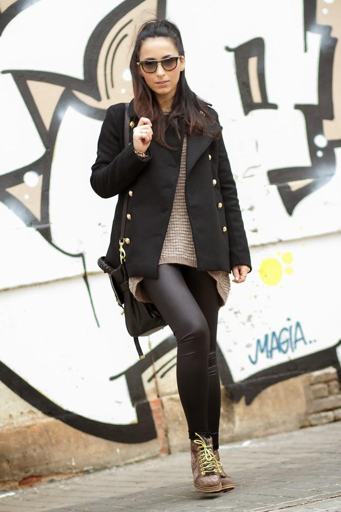 Blogger en Valencia con abrigo negro y gafas de sol Prada 13PS