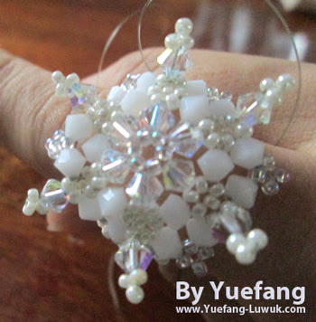 Snowflake_beaded_ring_with_crowded_pointers