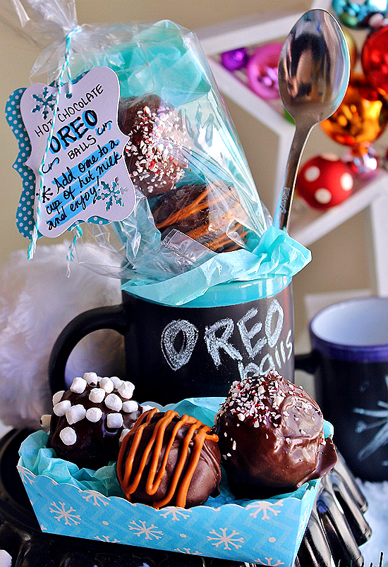 These Hot Chocolate #OREOCookieBalls have just 4 ingredients to YUM- Melt one in a glass of milk (or milk substitute,) or eat them as is! These make great gifts when paired with a mug and spoon! #ad