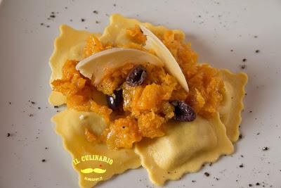 ravioli ai formaggi con crema di zucca e olive nere