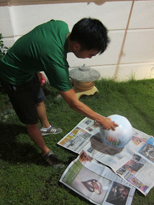 Spraying painting a ball