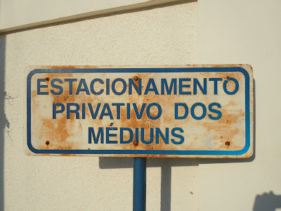 """Estacionamento privativo dos médiuns"""