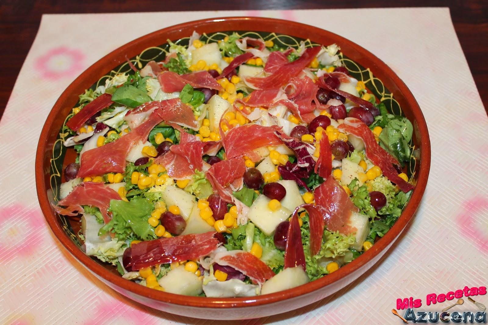 Ensalada de hojas verdes, frutas y jamón.