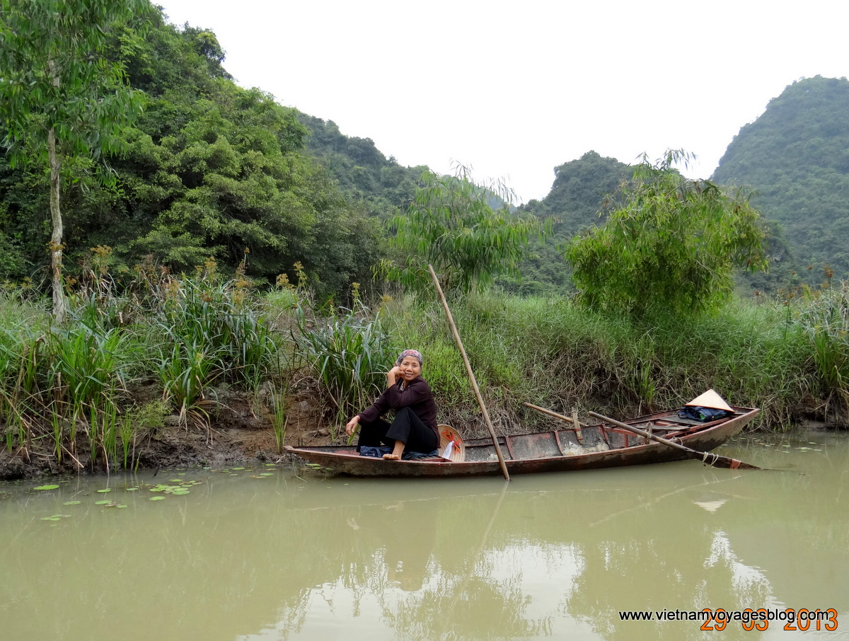 Đi đò chèo khám phá khu du lịch Thun Nham ở Ninh Bình