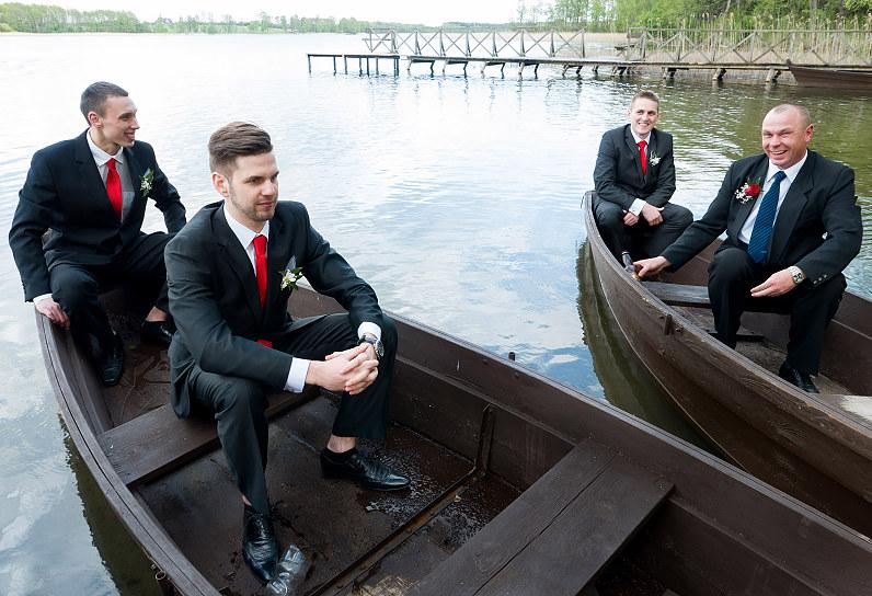 pabroliai su raudonais kaklaraiščiais