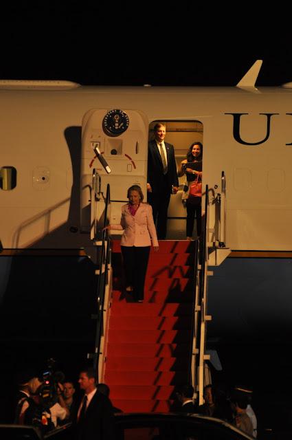 Hillary Clinton Turun Dari Pesawat