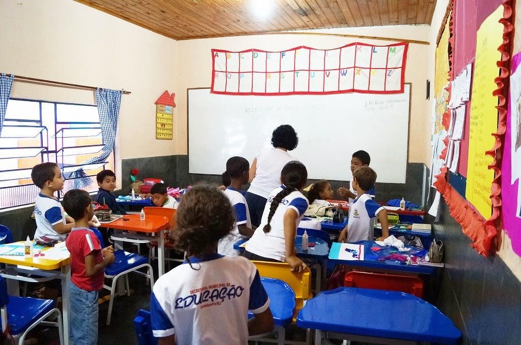 Alunos estudam nas salas de aula pintadas com ajuda da comunidade, na Escola Municipal Alice Saldanha