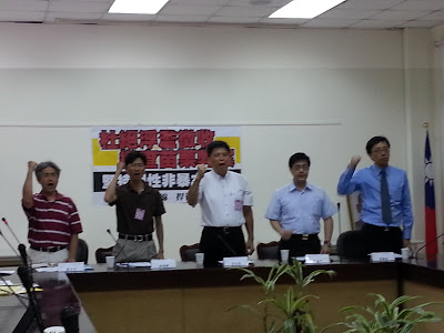 多位刑事法教授、學者與徐世榮(中)共同舉行記者會,譴責警察逮捕和平抗議民眾。