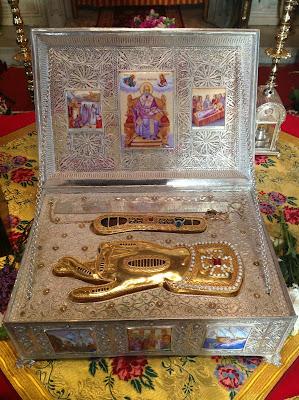 Αποτμήματα του λειψάνου του Αγίου Νικολάου, αρχιεπισκόπου Μύρων της Λυκίας.