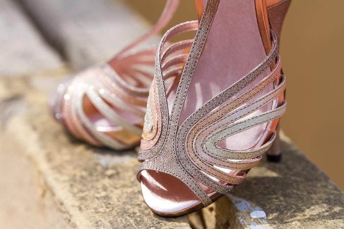 Sandalias peeptoes doradas con tiras atadas al tobillo