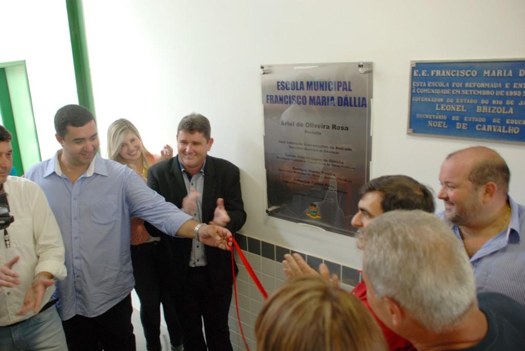 Prefeito Arlei, Vice-prefeito Márcio Catão e Secretário de Educação Leonardo Vasconcellos descerram a placa de inauguração das novas instalações da Escola Francisco Maria Dállia, em Bonsucesso