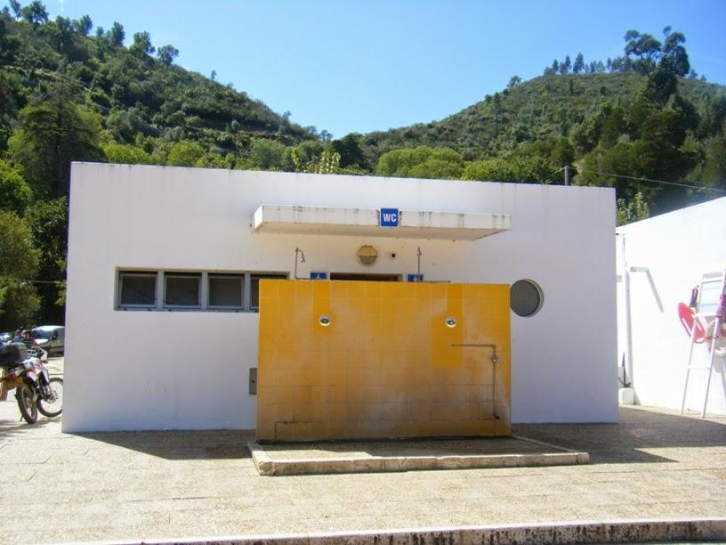 Chuveiros e Casas de Banho na Praia Fluvial do Alamal