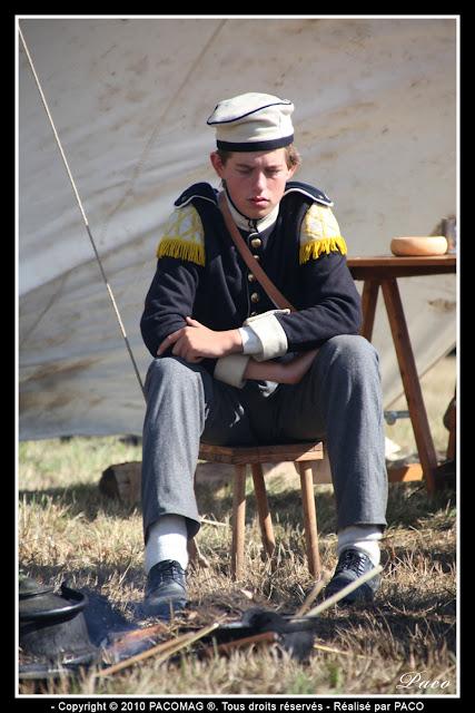 jeune figurant épuisé sur sa chaise lors de la reconstitution du bicentenaire du siège de Rocroi